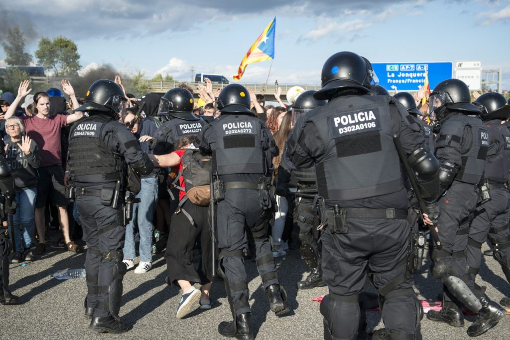 Police offers approaching a group of pro-Catalonia protestors.